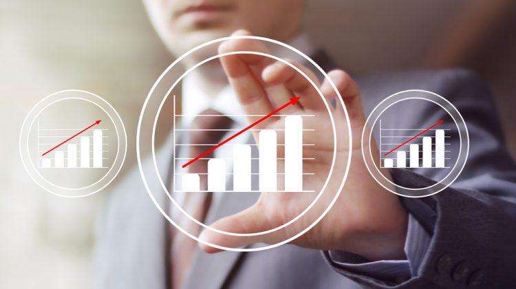 Geschäftsperson mit Grafiken über Geschäftswachstumszahlen