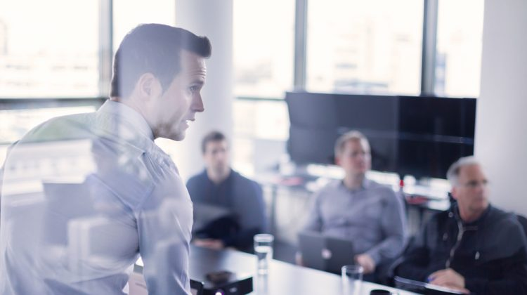 Führungsperson während einer Verkaufspräsentation