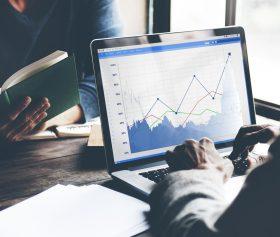 Sales Statistiken und Verkaufsreports auf einem Bildschirm