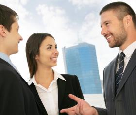 Geschäftspersonen im Verkaufsgespräch